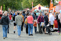 Fotos aus dem Hamburger Stadtteil Dulsberg - Bezirk Hamburg Nord. Straßenfest / Flohmarkt in der Dithmarscher Straße.