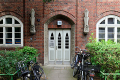 Fotos aus dem Hamburger Stadtteil Dulsberg - Bezirk Hamburg Nord. Expressionistischer Hauseingang eines Siedlungsgebäudes in der Angelnstraße - das Gebäude wurde 1927 errichtet und steht unter Denkmalschutz, Architekten Klophaus & Schoch.