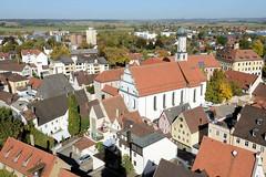 Die Stadt Lauingen , Donau liegt im Landkreis Dillingen im Donautal in Bayern. Blick vom Schimmelturm auf die Dächer der Stadt, im Bildzentrum die  Augustinerkirche St. Thomas.
