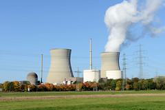Grundremmingen, Gemeinde an der Donau in Bayern - Stadtort des gleichnamigen Kernkraftwerks, Siedewasserreaktors. Blick über ein Feld zum Atomkraftwerk - lks. der havarierte Block A, rechts B, C, dahinter die beiden 159 Meter hohen Kühltürme des Sied