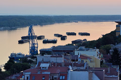 Blick auf die Donau und den Hafen in Russe - Pyce,  Bulgarien. Die Morgensonne scheint auf den Fluss -  Schuten liegen auf dem Wasser.
