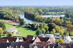 Die Stadt Lauingen , Donau liegt im Landkreis Dillingen im Donautal in Bayern. Blick vom Schimmelturm auf den Lauf der Donau, gesäumt von Herbstbäumen.