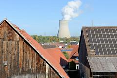 Grundremmingen, Gemeinde an der Donau in Bayern - Stadtort des gleichnamigen Kernkraftwerks, Siedewasserreaktors. Blick über die Dächer von Grundremmingen zum AKW und einem der 159 Meter hohen Kühlturm.