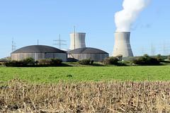 Grundremmingen, Gemeinde an der Donau in Bayern - Standort  des gleichnamigen Kernkraftwerks, Siedewasserreaktors. Biogasanlage mit Holzverkleidung - im Hintergrund das AKW.