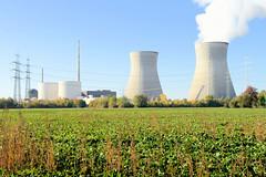 Grundremmingen, Gemeinde an der Donau in Bayern - Stadtort des gleichnamigen Kernkraftwerks, Siedewasserreaktors. Blick über ein Feld zum Atomkraftwerk - lks. die Blöcke A, B, C, rechts die beiden 159 Meter hohen Kühltürme des Siedewasserreaktors.