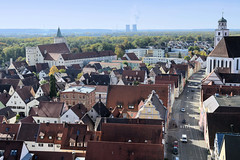 Die Stadt Lauingen, Donau liegt im Landkreis Dillingen im Donautal in Bayern. Blick auf die Dächer von Lauingen; lks. das ehem. Schloss - im Hintergrund die Kühltürme des Kernkraftwerks Grundremmingen, rechts die Herzog Georg Straße mit den historisc