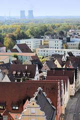 Die Stadt Lauingen , Donau liegt im Landkreis Dillingen im Donautal in Bayern. Blick über die historischen Häuser der Stadt zu den Kühltürmen des AKW Grundremmingen.