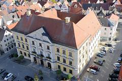 Die Stadt Lauingen , Donau liegt im Landkreis Dillingen im Donautal in Bayern. Blick vom Schimmelturm auf das Rathaus von Lauingen am Marktplatz; das Gebäude wurde 1790 im klassizistischen Baustil fertiggestellt, Architekt  Lorenzo Quaglio.