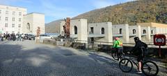 Kraftwerk Jochenstein - Laufkraftwerk in der Donau, deutsch-österreichische Grenze in der Nähe von Passau. Das Kraftwerk liegt am Donauradweg - eine Kolonne RadfahrerInnen pausiert an der Sehenswürdigkeit.