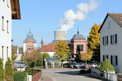 Grundremmingen, Gemeinde an der Donau in Bayern - Stadtort des gleichnamigen Kernkraftwerks, Siedewasserreaktors. Blick durch die Schulstraße zum Schulgebäude re. und dem Neubau eines Stadttores - im Hintergrund der 159 Meter hohe Kühlturm.
