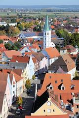Die Stadt Lauingen , Donau liegt im Landkreis Dillingen im Donautal in Bayern. Historische Wohnhäuser an der Herzog-Georg-Straße, dahinter der Kirchturm der Andreaskirche.