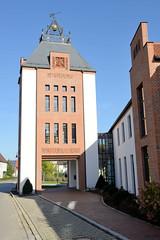 Grundremmingen, Gemeinde an der Donau in Bayern - Stadtort des gleichnamigen Kernkraftwerks, Siedewasserreaktors. Neubau, Nachbau eines Stadttors als Teil der Schule von Grundremmingen.