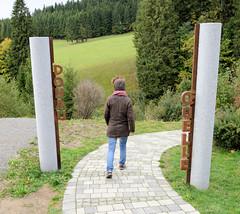 Quelle der Breg in Furtwangen - Schwarzwald in Baden-Württemberg; Hauptquellfluss der Donau, hydrologische Donauquelle. Granitstelen mit der Metallschrift Donauquelle auf dem gepflasterten Weg zur Quelle.