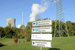 Grundremmingen, Gemeinde an der Donau in Bayern - Stadtort des gleichnamigen Kernkraftwerks, Siedewasserreaktors. Hinweisschilder für BesucherInnen des Geländes.