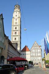 Die Stadt Lauingen , Donau liegt im Landkreis Dillingen im Donautal in Bayern. Marktplatz mit Schimmelturm; der 54 m hohe Wachturm wurde 1457 errichtet - dahinter historische Häuser an der Herzog-Georg-Straße.