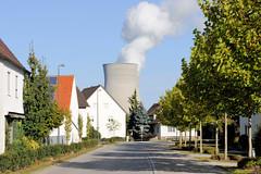 Grundremmingen, Gemeinde an der Donau in Bayern - Stadtort des gleichnamigen Kernkraftwerks, Siedewasserreaktors. Wohnhäuser im Ort Grundremmingen - Kühltürme vom AKW.