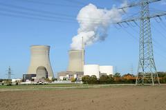 Grundremmingen, Gemeinde an der Donau in Bayern - Standort des gleichnamigen Kernkraftwerks, Siedewasserreaktors.  Blick über ein Feld zum Atomkraftwerk - lks. der havarierte Block A, rechts B, C, dahinter die beiden 159 Meter hohen Kühltürme des Sie