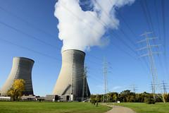 Grundremmingen, Gemeinde an der Donau in Bayern - Stadtort des gleichnamigen Kernkraftwerks, Siedewasserreaktors. Weisser Dampf steigt aus einem der beiden 159 Meter hohen Kühltürme - Hochspannungsmasten.
