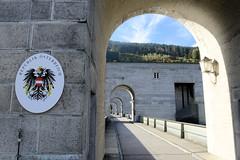 Kraftwerk Jochenstein - Laufkraftwerk in der Donau, deutsch-österreichische Grenze in der Nähe von Passau. Grenzschild der Republik Österreich.