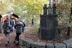 Fotos vom Forst Klövensteen im Hamburger Stadtteil Rissen; aus Holz geschnitztes Hamburg Wappen am Eingang des Wildgeheges.
