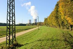 Grundremmingen, Gemeinde an der Donau in Bayern - Stadtort des gleichnamigen Kernkraftwerks, Siedewasserreaktors. Felder und herbstlich gefärbte Bäume - Kühltürme vom AKW.