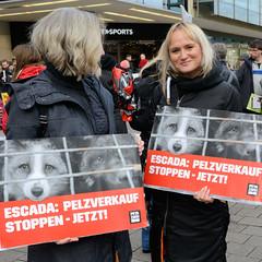 Demonstration gegen den Pelzhandel bei der Modekette ESCADA in der Hamburger Innenstadt. Demonstrantinnen mit Protestplakat - ESCADA: Pelzverkauf stoppen - jetzt!