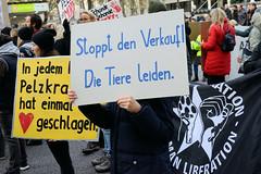 Demonstration gegen den Pelzhandel bei der Modekette ESCADA in der Hamburger Innenstadt. Demonstrations-Plakat mit der Aufforderung: Stoppt den Verkauf! Die Tiere leiden.