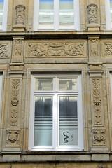 Bilder aus der Hamburger Innenstadt - Stadtteil Neustadt. Schmuckrelief mit Blattwerk und Eulen an einer Gründerzeitfassade in den Colonnaden.