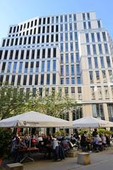 Bilder aus der Hamburger Innenstadt - Stadtteil Neustadt. Moderne Architektur am Gustav-Mahler-Platz / Colonnaden mit Aussengastronomie unter Sonnenschirmen.