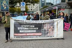 """Demonstration gegen den Pelzhandel bei der Modekette ESCADA in der Hamburger Innenstadt. Transparent: Jährlich sterben über 50 Millionen Individuen für die """"Ware Pelz"""" - Stoppt den systematischen Massenmord! Pelzhandel Boykottieren, Offensive gegen d"""