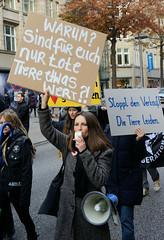 Demonstration gegen den Pelzhandel bei der Modekette ESCADA in der Hamburger Innenstadt. Protestplakate: Warum? sind für euch nur tote Tiere etwas wert + Stoppt den Verkauf! Die Tiere leiden!