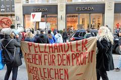 Demonstration gegen den Pelzhandel bei der Modekette ESCADA in der Hamburger Innenstadt. Transparent: Pelzhändler gehen für den Profit über Leichen - Pelz ist Mord.
