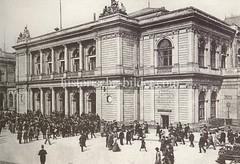 Bilder aus der Hamburger Innenstadt - Stadtteil Altstadt. Im Eingang der Börse am Adolphsplatz drängen sich die Geschäftsleute (ca. 1900).