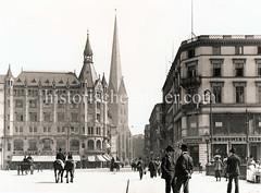 Historische Ansicht von der Hamburger Altstadt - Blick von der Reesendammbrücke durch die Bergstraße zur Petrikirche. Herren mit Melonen, Geschäftsleute gehen auf dem Bürgersteig - auf der Straße Pferd mit Reiter und Kutschen. Am Alsterdamm das C