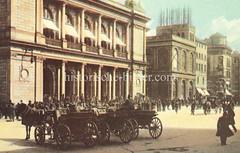Bilder aus der Hamburger Innenstadt - Stadtteil Altstadt. Pferdekutschen stehen auf dem Adolphsplatz vor der Börse Hamburgs - Geschäftsleute drängen sich auf der Treppe zum Eingang (ca. 1905).