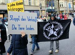 Demonstration gegen den Pelzhandel bei der Modekette ESCADA in der Hamburger Innenstadt. Protestplakat: Stoppt den Verkauf! Die Tiere leiden! Transparent: Animal Liberation - Human Liberation.