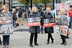 Demonstration gegen den Pelzhandel bei der Modekette ESCADA in der Hamburger Innenstadt. Protestplakate u.a. ESCADA Pelzverkauf Stoppen jetzt!