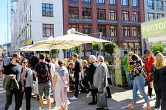 Bilder aus der Hamburger Innenstadt - Stadtteil Neustadt. Aussengastronomie mit Sonnenschirmen auf der Postbrücke über das Bleichenfleet.