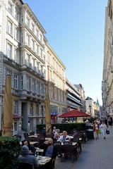 Bilder aus der Hamburger Innenstadt - Stadtteil Neustadt. Blick in die Fussgängerzone der Colonnaden - Aussengastronomie befindet sich in der Straßenmitte.