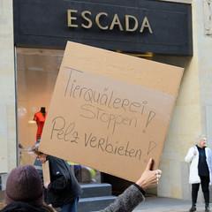 Demonstration gegen den Pelzhandel bei der Modekette ESCADA in der Hamburger Innenstadt. Selbstgemaltes Pappplakat: Tierquälerei stoppen! Pelz verbieten!