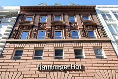 Bilder aus der Hamburger Innenstadt - Stadtteil Neustadt. Hausfassade vom Hamburger Hof in den Gr0ßen Bleichen - das ehem. Hotel wurde 1883 aus rotem Sandstein errichtet; Architekten Bernhard Hanssen und Emil Meerwein.