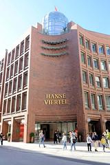 Bilder aus der Hamburger Innenstadt - Stadtteil Neustadt. Eingang zur Ladenpassage HanseViertel an der Poststraße / Große Bleichen - eröffnet 1980, Architekten Meinhard von Gerkan, Volkwin Marg & Partner. Seit 2018 steht das Gebäude unter Denkmalschu