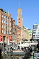 Bilder aus der Hamburger Innenstadt - Stadtteil Neustadt. Gastronomieponton mit großen weissen Sonnenschirmen auf dem Bleichenfleet; im Hintergrund der Turm der historischen Alten Post.