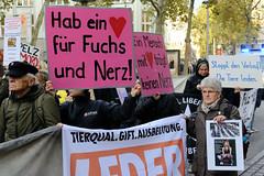 Demonstration gegen den Pelzhandel bei der Modekette ESCADA in der Hamburger Innenstadt. Protestplakate: Hab ein Herz für Fuchs und Nerz!