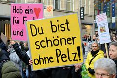 Demonstration gegen den Pelzhandel bei der Modekette ESCADA in der Hamburger Innenstadt. Protestplakat mit der Aufschrift: Du bist schöner ohne Pelz!