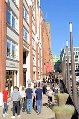 Bilder aus der Hamburger Innenstadt - Stadtteil Neustadt. Passanten und Aussengastronomie auf dem Bleichensteg längsseits des Bleichenfleets.