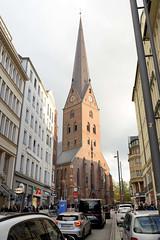 Blick durch die Bergstraße zur Mönckebergstraße und der Petrikirche in der Hamburger Altstadt. Autos stauen sich in der schmalen Straße.