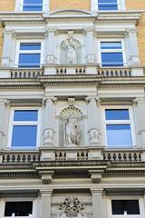 Bilder aus der Hamburger Innenstadt - Stadtteil Neustadt. Gründerzeitfassade in den Colonnaden - römisch / griechische Skulpturen stehen in säulengerahmten Nischen.