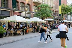 Bilder aus der Hamburger Innenstadt - Stadtteil Altstadt. Mönckebergstraße,  Einkaufsstraße in der City Hamburgs.