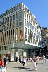 Bilder aus der Hamburger Innenstadt - Stadtteil Neustadt. Modernes Geschäftshaus, Verwaltungsgebäude mit Aussengastronomie an der Postbrücke / Poststraße.